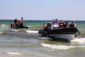 Wyjście motorówek RIB na plażę