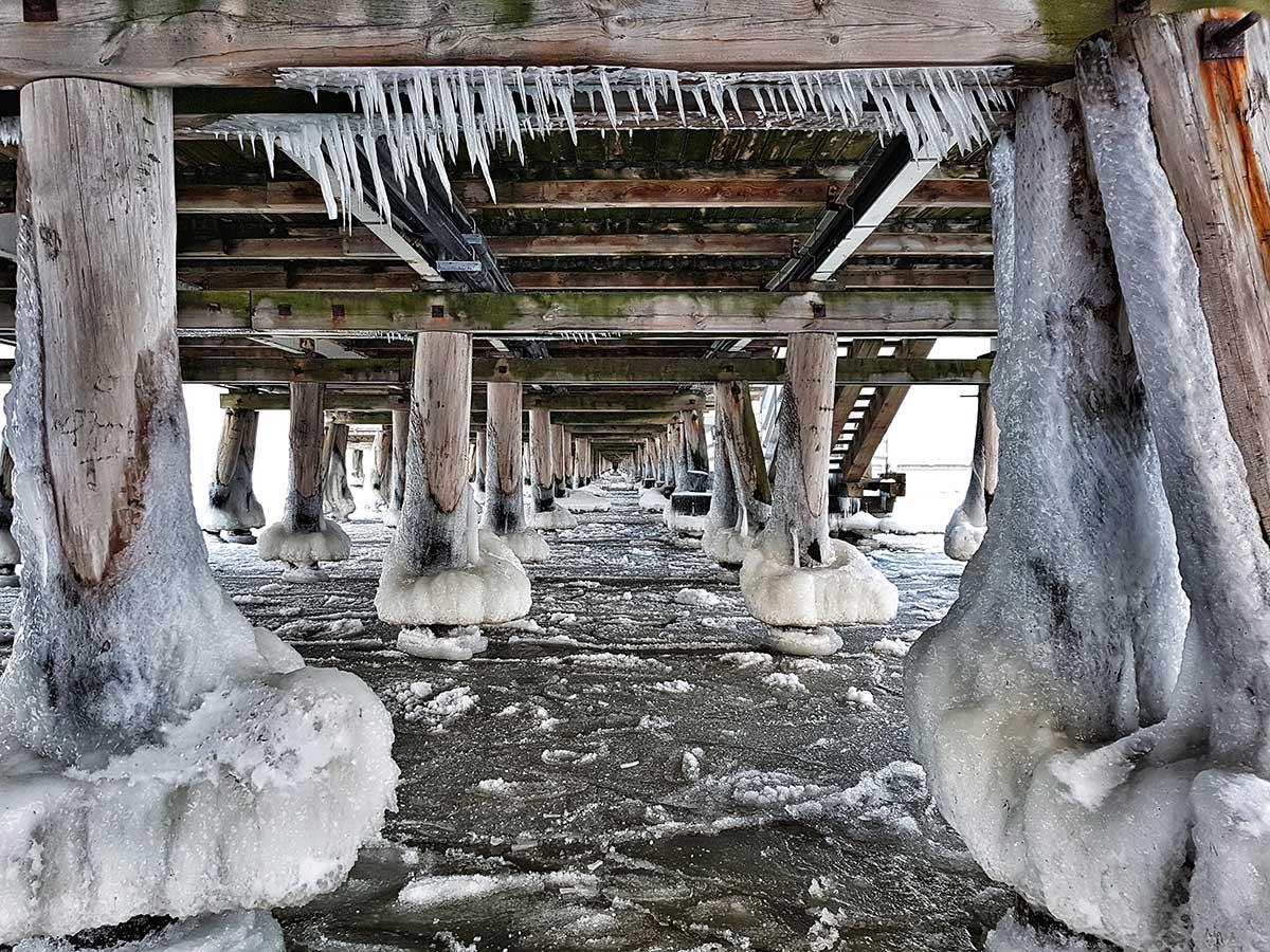 Zimowy widok spod sopockiego molo